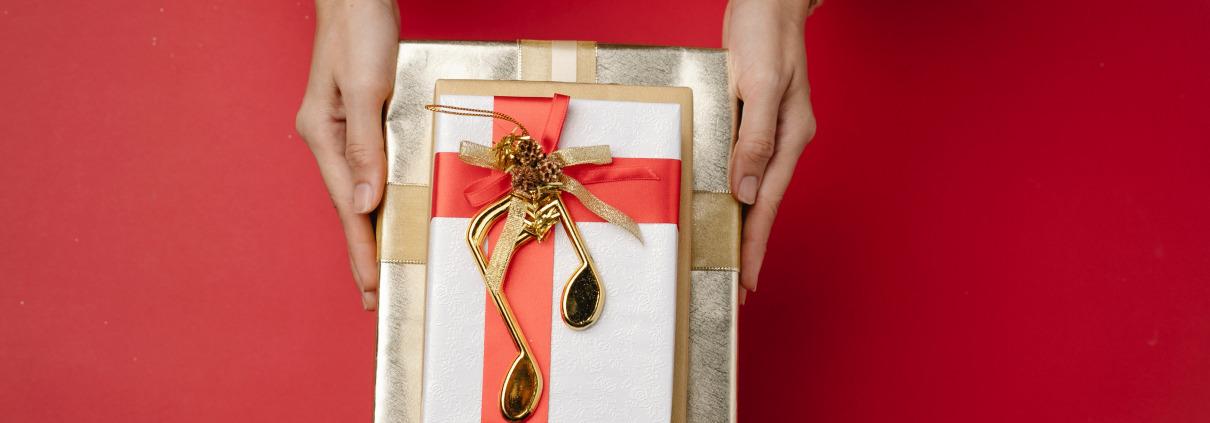 Sinnbild mit Geschenken für die Compliance-Falle Geschenke und Einladungen
