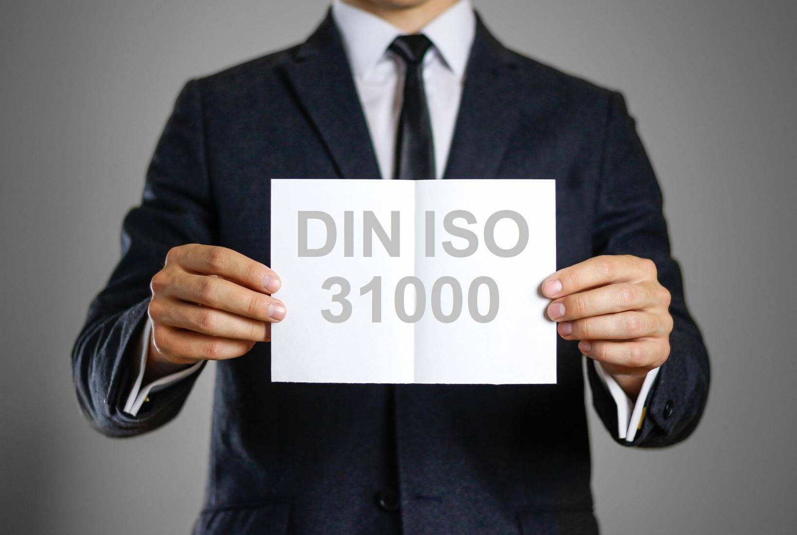 Foto Schild mit DIN ISO 31000