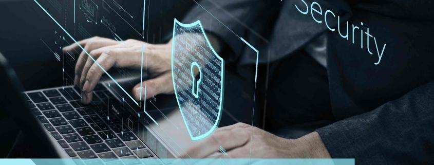 Person am PC mit der Aufschrift Cyber Security KRITIS